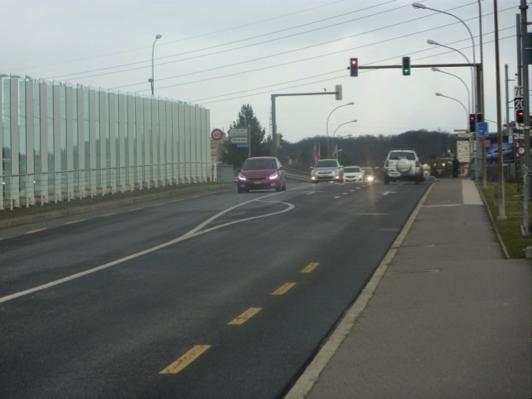 Ces deux photos illustrent les difficultés auxquelles sont confrontés les cyclistes qui se déplacent à l'avenue du Tir-Fédéral: les pistes cyclables, qui ne protègent pas vraiment les cyclistes, s'interrompent fréquemment à l'approche d'une intersection ou de feux de circulation.